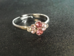 Ring 8 steentjes licht roze/zilver  (per ring)